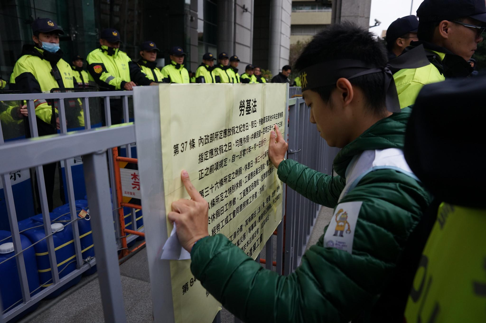 工会将《劳基法》相关规范张贴在交通部前。(摄影:王颢中)