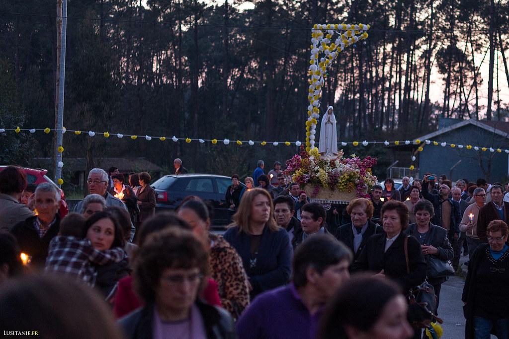 Beaucoup de personnes portent des bougies allumées