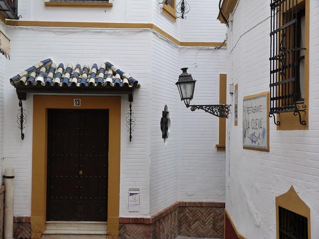 Calle típica del casco viejo de Sevilla
