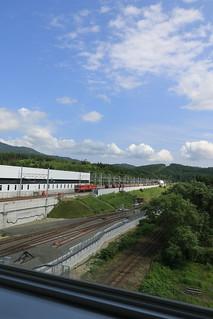 奥津軽いまべつ駅 昇降棟からEH800牽引の貨物列車