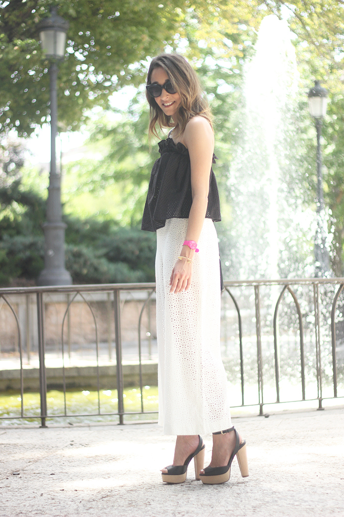 White Palazzo Pants With Black Top Summer Outfit04