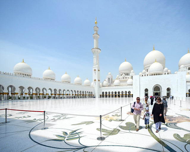 Entrada hacia la mezquita de Abu Dhabi