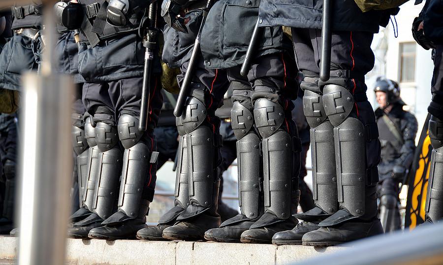 Полицеские захватывают людей 26.03.2017