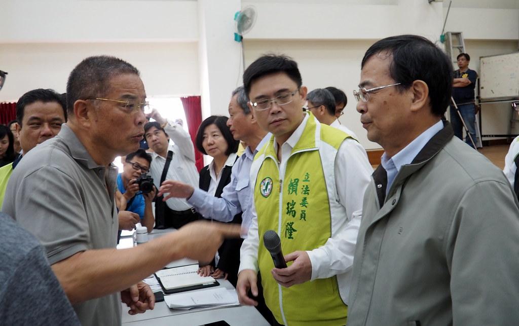台電總經理鍾炳利(右)到大林蒲向民眾說明並致歉,當地里長不滿台電把責任推給包商。攝影:李育琴。
