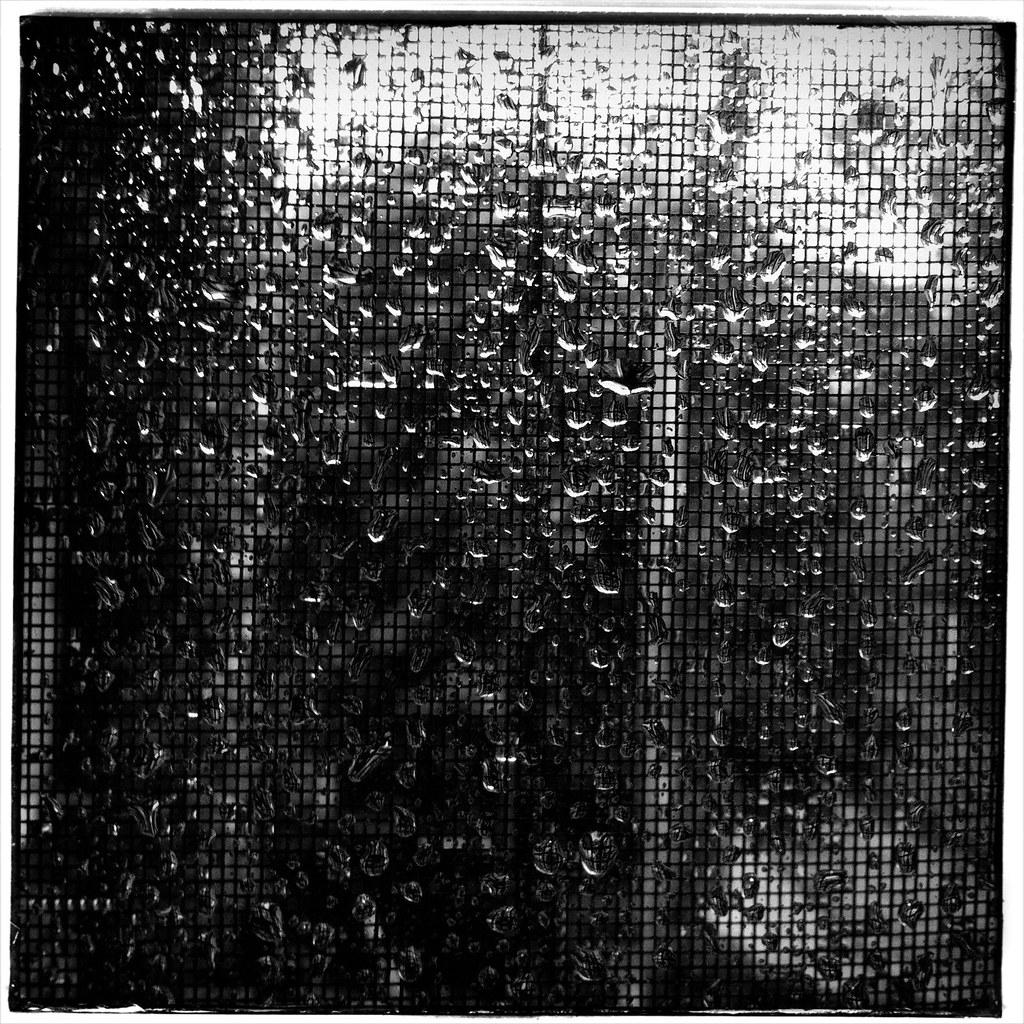 Abstraction par la pluie photo prise avec mon iphone 4 et flickr - Bois noirci par la pluie ...