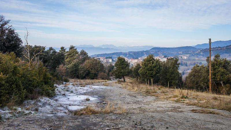 L'Esquirol desde el Cami Ral de Vic a Olot subiendo hacia el Puigsespedres