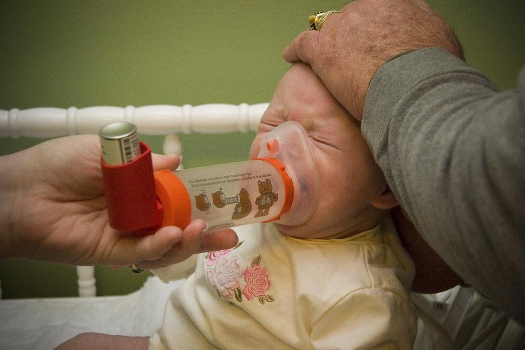 感染呼吸道融合病毒(RSV)的孩童。Lance McCord(CC BY-NC-SA 2.0)