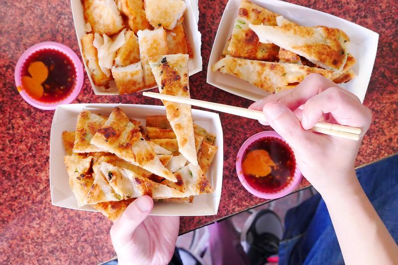 32435605623 74791d9191 c - 正宗傳統蔥油餅│台中最愛吃蔥油餅 薄酥蔥多嚼勁份量都十足超推薦!
