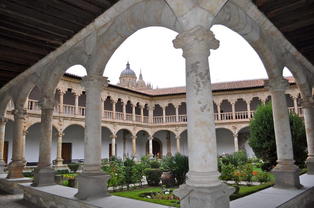 Claustro del Convento de Las Dueñas, Salamanca.  De ...