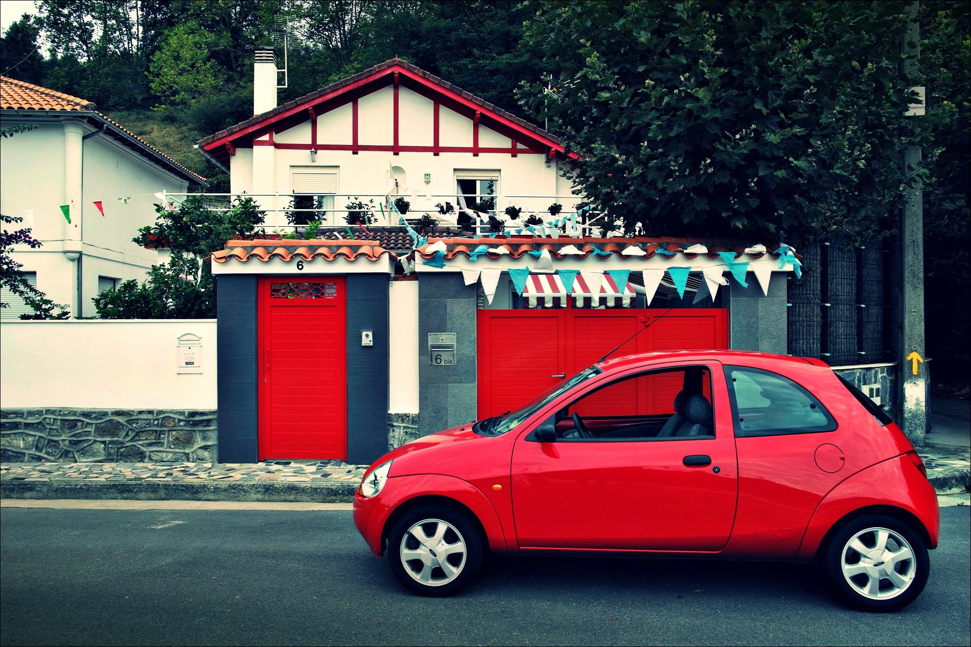 빨간 자동차-'카미노 데 산티아고 북쪽길. 포르투갈레테에서 카스트로 우르디알레스. (Camino del Norte - Portugalete to Castro Urdiales) '