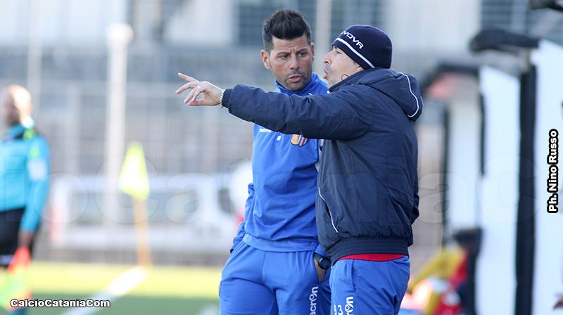 Mister Bellia, a sinistra, discute con Pierpaolo Alderisi, mister dell'Under 17