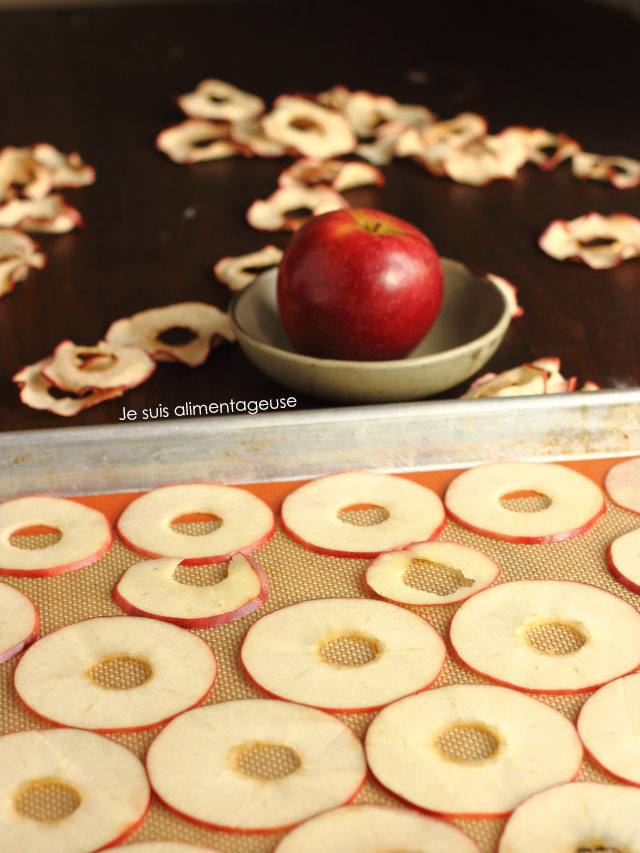 Want a candy-like snack that's totally healthy? Try these baked apple chips. Super easy to make! | Je suis alimentageuse | #sponsored #vegan #glutenfree #apples #healthy