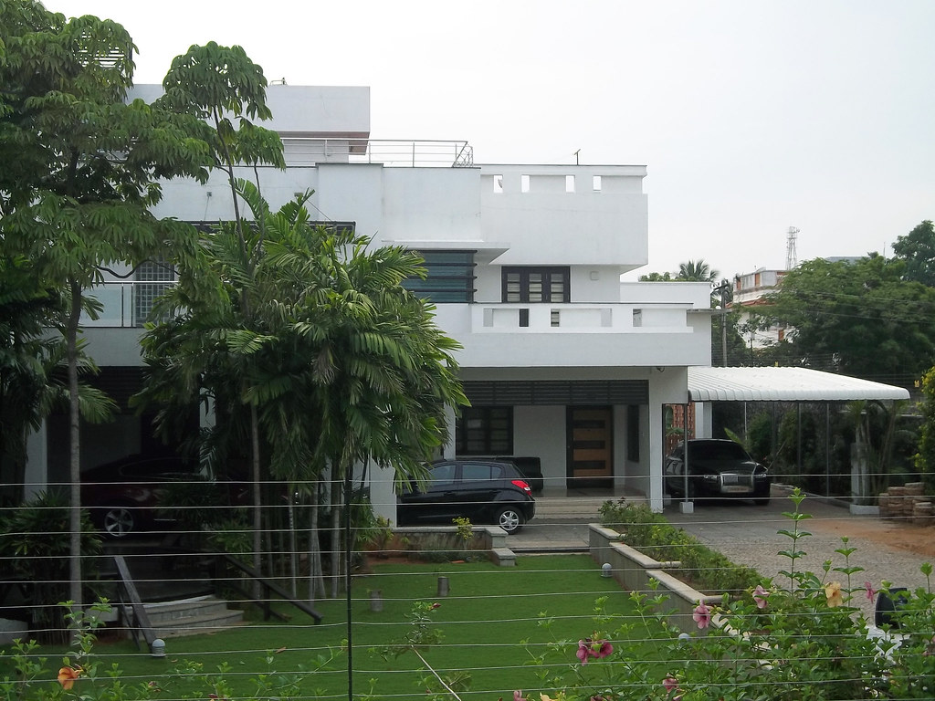 Actor vijay house zoom to see rolls royce in the garage for Free house photos