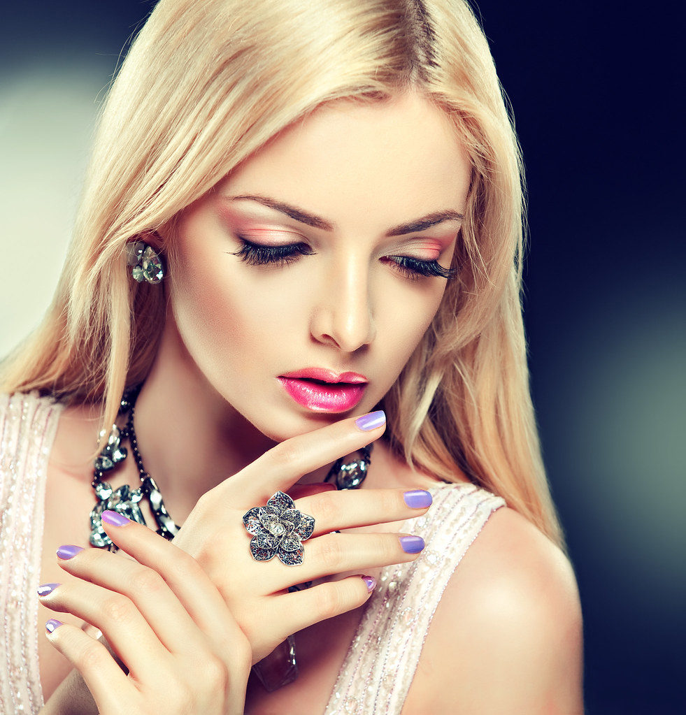 Beauty 2 Fashion: Beautiful Fashion Model In Jewelery And Lilaс Manicure
