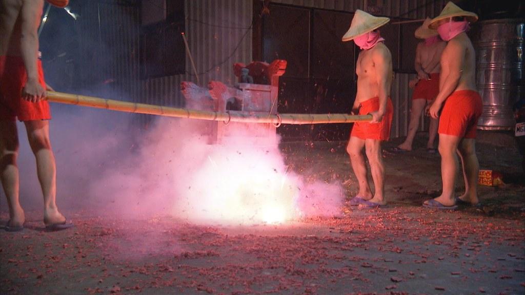 897-2-28 台北社子,百年來每逢元宵夜,都有夜弄土地公的傳統,請出各聚落土地公,繞行地區,由店家供奉膜拜,燃放鞭炮慶祝。