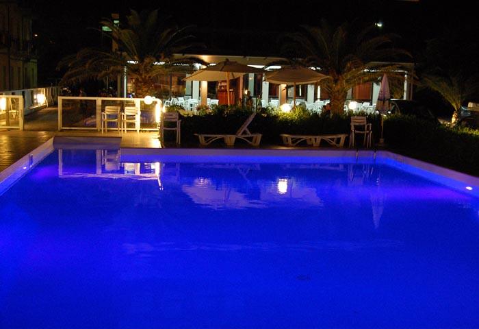Hotel roma piscina notte hotel roma senigallia piscina not flickr - Hotel piscina roma ...