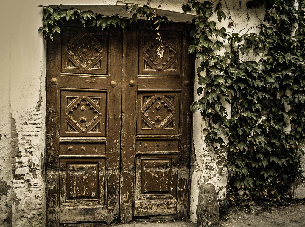 Una porta vella i tancada una puerta vieja y cerrada an for Como barnizar una puerta vieja