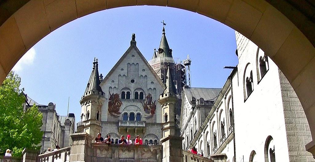 Füssen, Märchenschloss Neuschwanstein, Blick vom vorgesehenen Standort der unrealisierten Kapelle in den Hof des Schlosses: links die Kemenate, in der Mitte der Palas, rechts das Ritterhaus,74107/5350