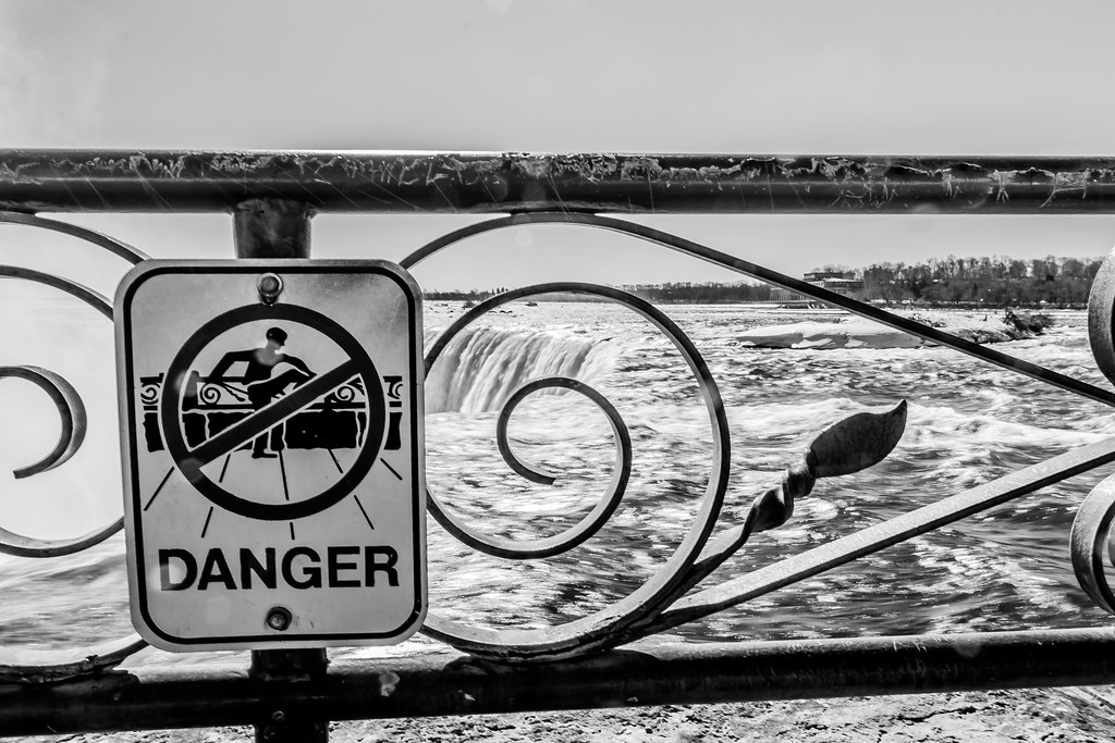 Niagara falls in color and black white fence danger for Niagara falls coloring page