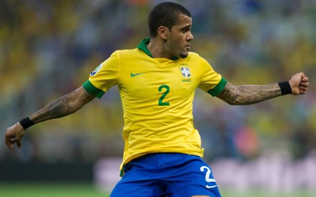 Daniel Alves pede que torcedor brasileiro n�o desconte revolta pela situa��o pol�tica do pa�s na Sele��o