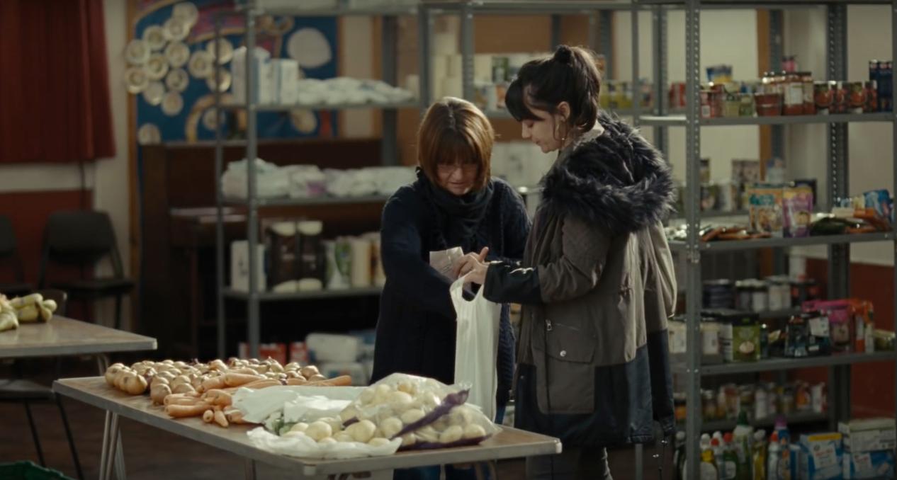凱蒂在食物銀行領取必需品。(電影劇照)