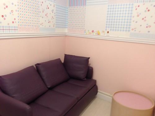 板橋大遠百的哺乳室,沙發大到可以讓人躺下來