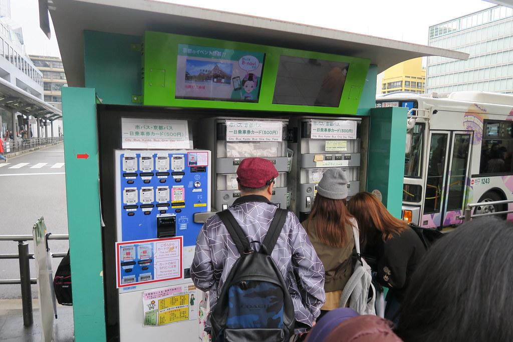 京都車站外面的巴士站牌,原來就可以直接買巴士一日券囉