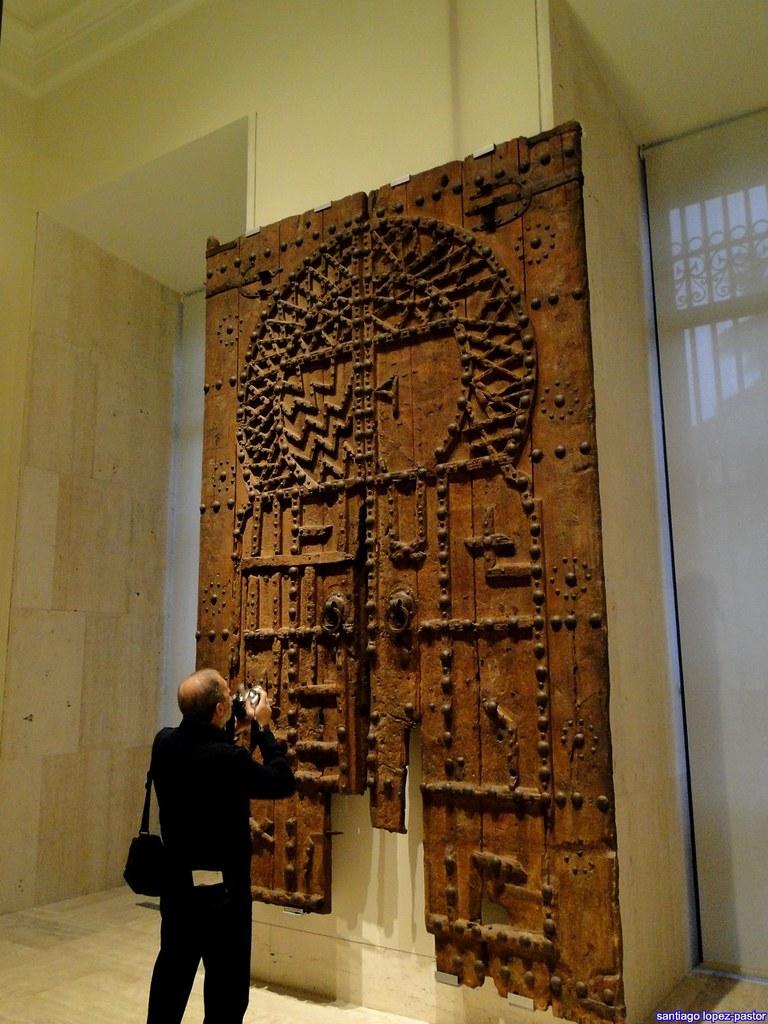 Puerta Madera Decorada Con Tachuelas
