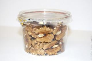 орехи в пластиковом стаканчике