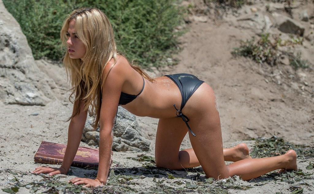 Teen blonde en bikini obtient