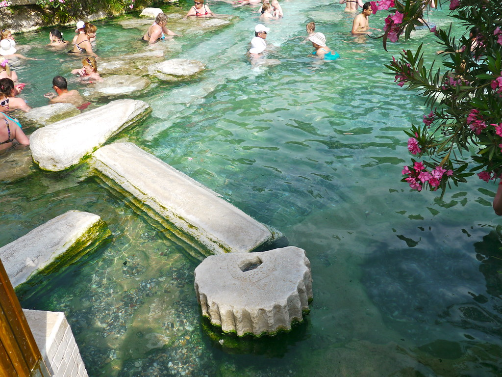 Pamukkale turquie piscine thermale avec des vestiges de for Piscine thermale