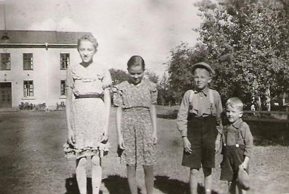koulunlapset: Tuulikki, Kaija, Erkki ja Matti (vuodesta 1998 Amnell)