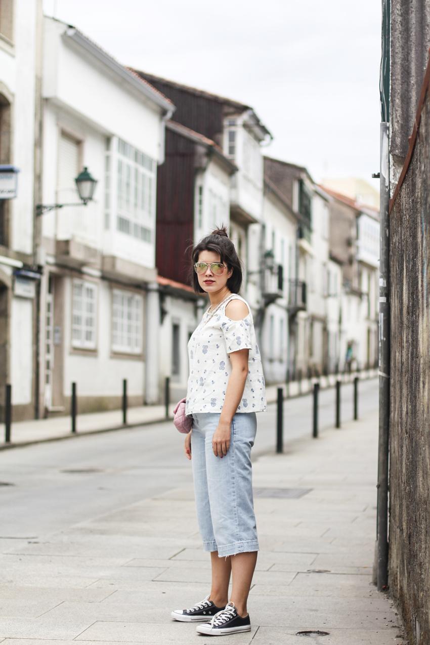 tendencia culotte denim y hombros al aire con bolso rosa myblueberrynightsblog