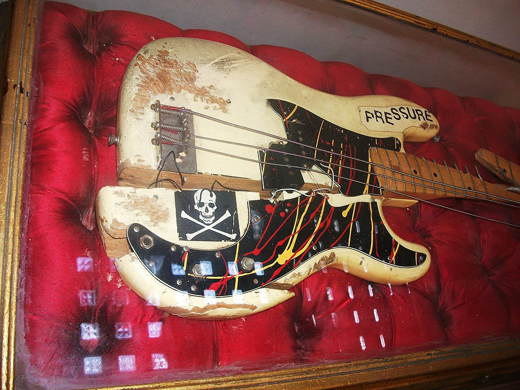 paul simonon u0026 39 s smashed fender bass guitar