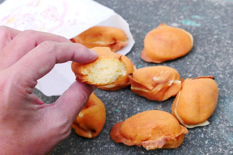 32408288953 a572a15b41 c - 向上市場無名雞蛋糕,365天都排隊的傳統雞蛋糕小攤,紮實略帶微焦香氣