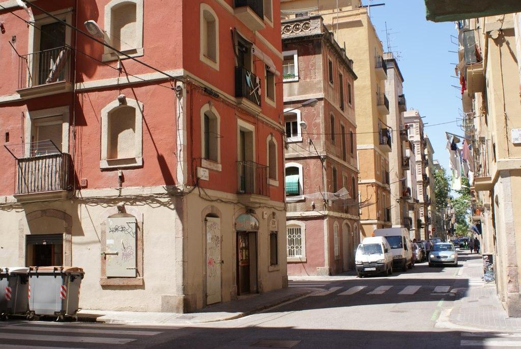 Quartier en damier de Barceloneta à Barcelone au bord de la mer.