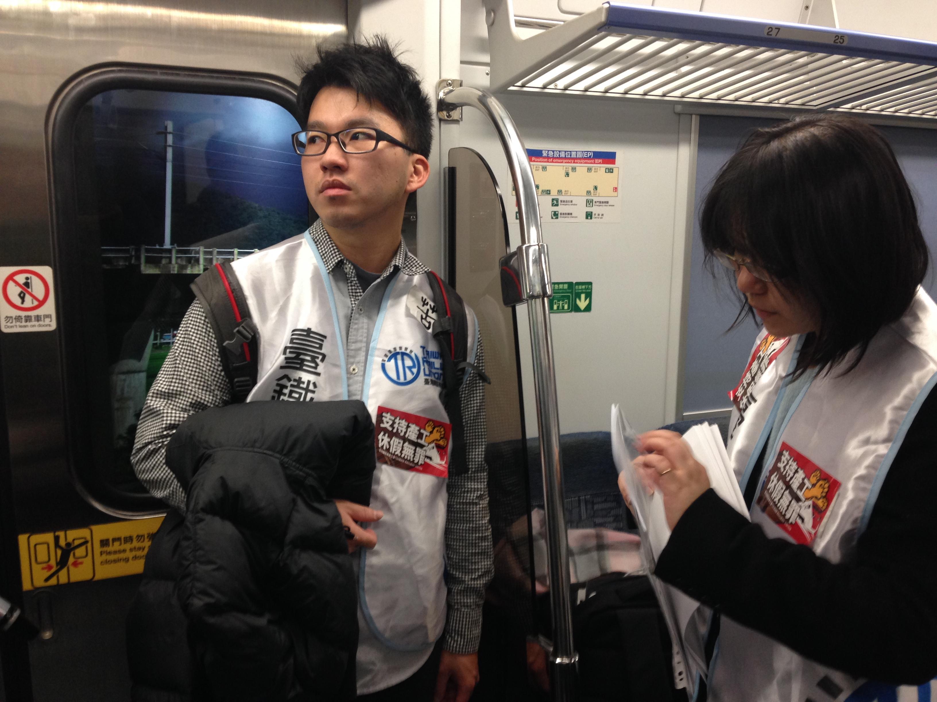 台鐵產工理事長王傑貼著支持產工的貼紙,搭上前往板橋站考成會的火車。(攝影:張宗坤)