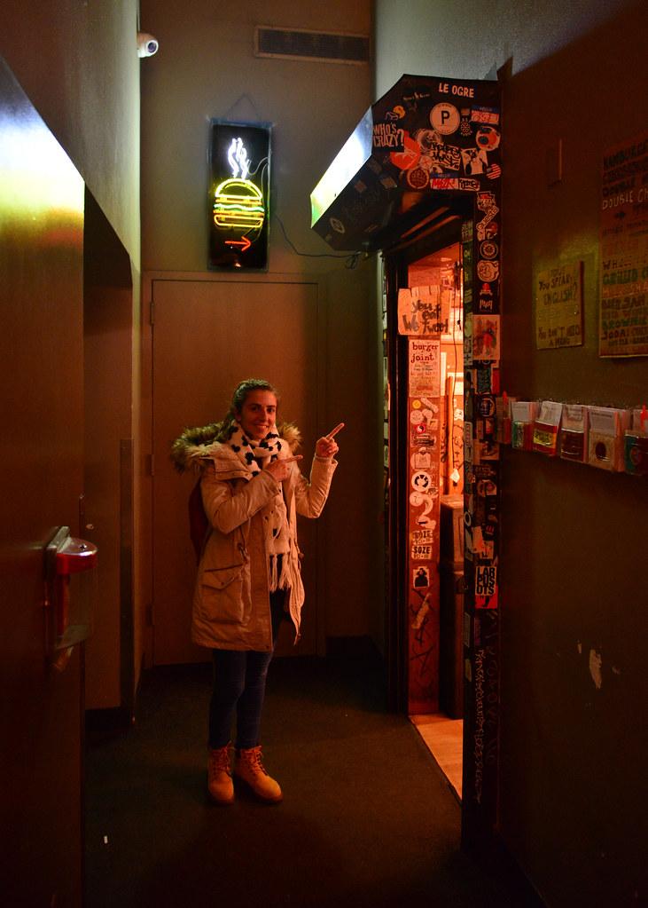 Entrada al restaurante Burger Joint de Nueva York, la hamburguesería oculta