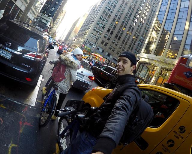 Disfrutando de uno de nuestros viajes en bicicleta por Manhattan gracias a descuentos comoo código de descuento de IATI Seguros