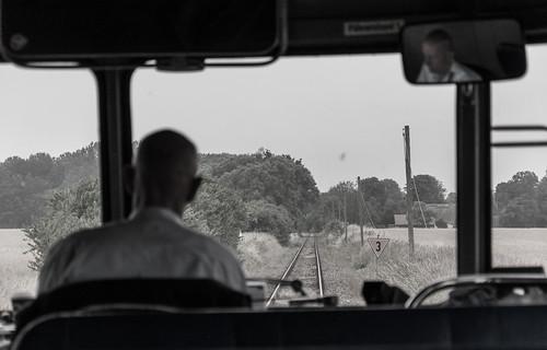 Im gemütlichen Tempo rumpelt der Schienenbus durch die Prignitz.