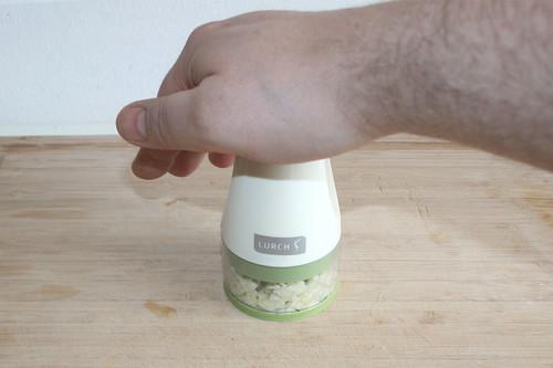 11 - Knoblauch hacken / Mince garlic