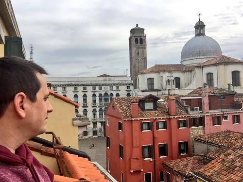 Sele mirando desde el balcón del Hotel Amadeus (Venecia)