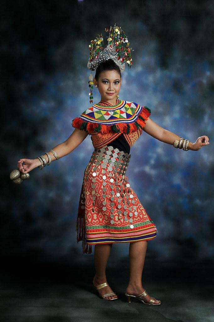 Malaysia Borneo Sarawak, der traditionelle Tanz der Iban Sea Dayak ...