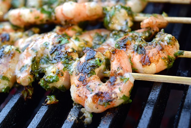Cooking Herby Lemon & Garlic Barbecue Prawn Skewers | www.rachelphipps.com @rachelphipps
