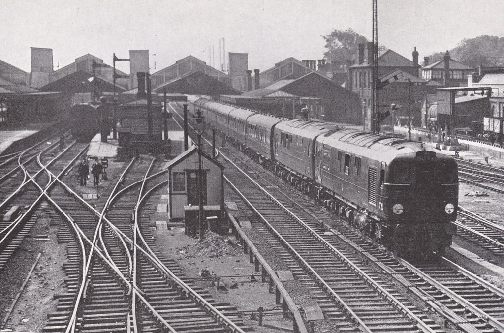 the down royal scot passing bletchley station buckingha. Black Bedroom Furniture Sets. Home Design Ideas