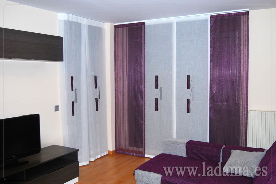 Panel japon s morado y colcha en sal n moderno visita for Precio cortinas salon