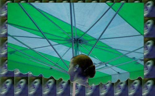parapluie ou parasol de march vert et bleu sous un. Black Bedroom Furniture Sets. Home Design Ideas