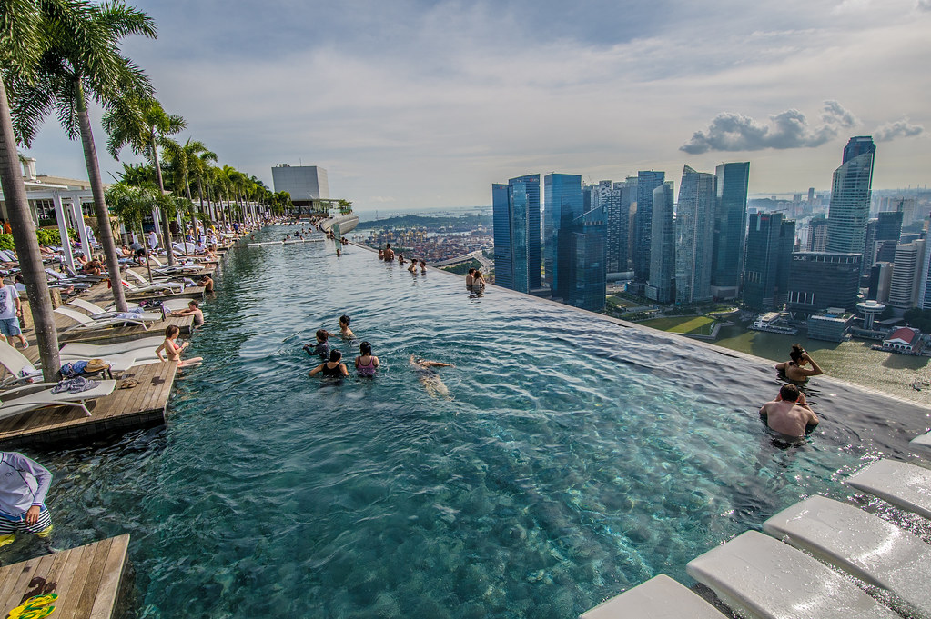 Infinity pool marina bay sands singapore angled view for Singapour marina bay sands piscine