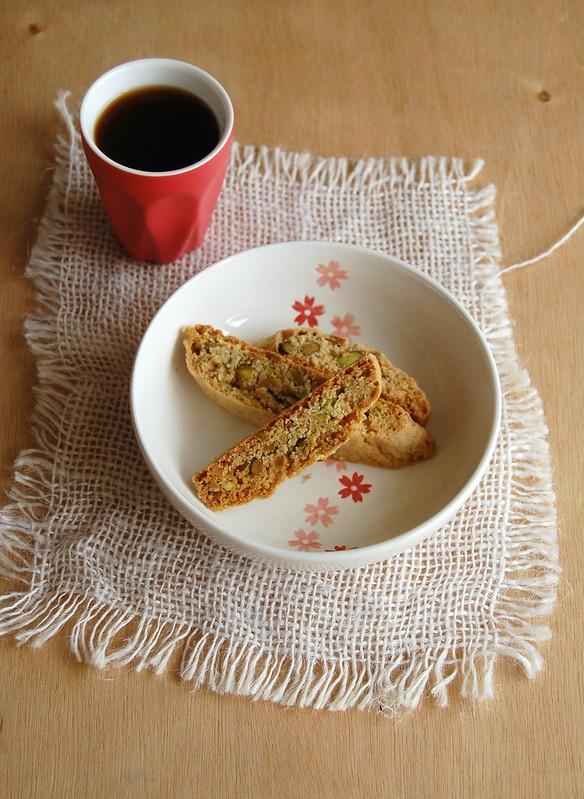 Cornmeal-pistachio biscotti / Biscotti de fubá e pistache
