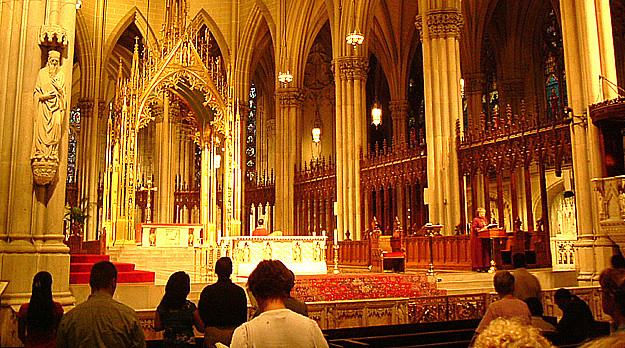 Cristianos rezando en catedral